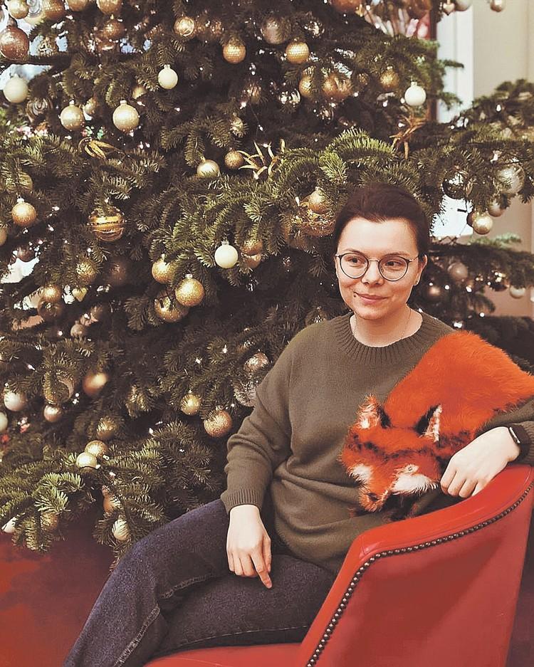С первого взгляда не подумаешь, что цена такого свитера от Алены Ахмадуллиной - около 100 тысяч рублей. Фото: instagram.com