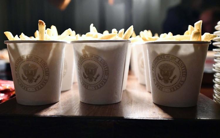 Картошка фри в фирменных стаканчиках резиденции американских президентов.