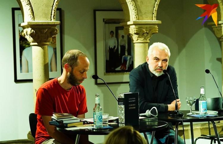 Альгерд со своим немецким переводчиком Томасом Вайлером в Берлине. В центре внимания – 900-страничные «Сабакі Еўропы». Фото: Юля ТИМОФЕЕВА