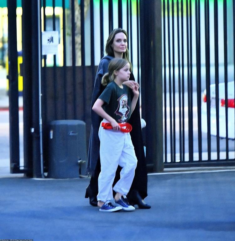 . Джоли, по традиции, была с головы до ног одета во все черное.