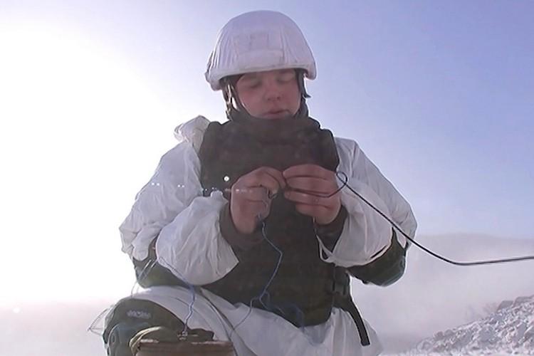 Саперам приходится работать в достаточно сложных условиях при минусовых температурах и сильном ветре