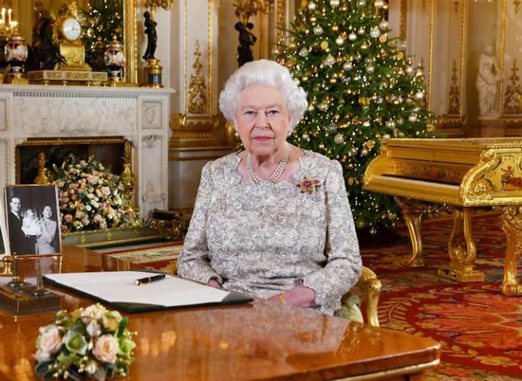 Шотландская журналистка опубликовала скриншот рождественского видеообращения королевы Елизаветы II на фоне золотого рояля