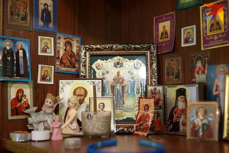 В Катиной комнате стоят иконы