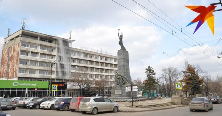 На месте одноэтажного дома перед собором в 1971-м построили гостиницу «Турист»