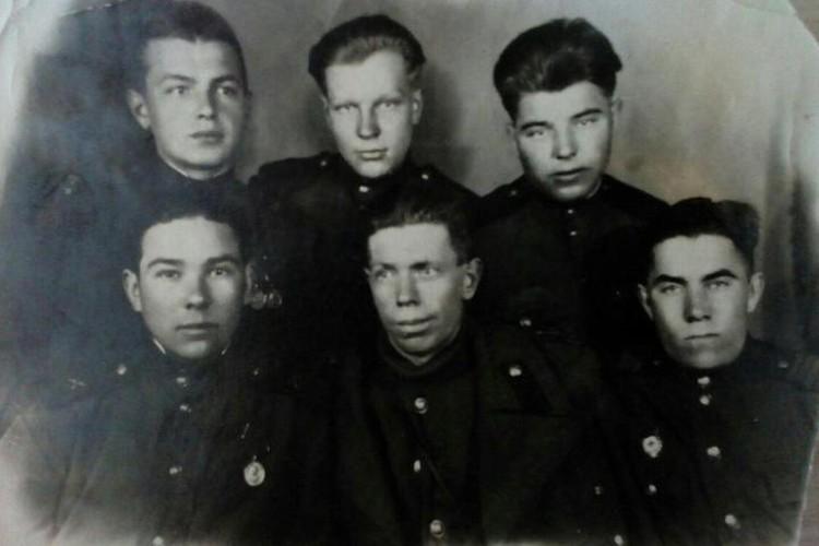 Иван Кузнецов - крайний справа в нижнем ряду.