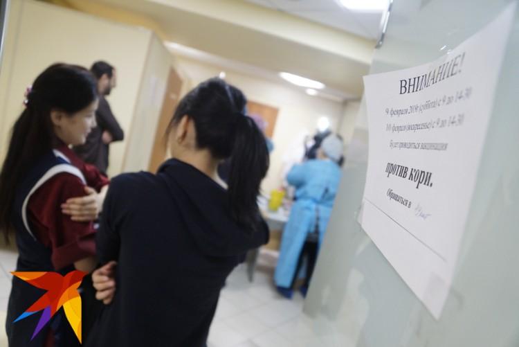Вакцинацию на рынке проводили на цокольном этаже здания.