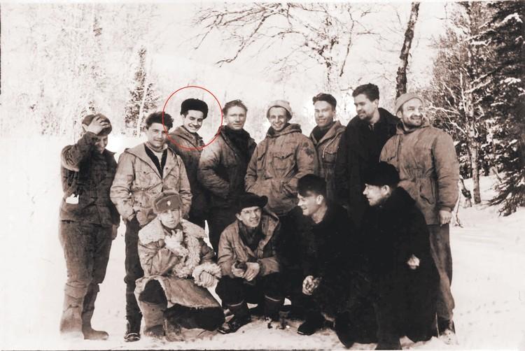Поисковики на перевале в марте 1959 года. Третий слева в верхнем ряду - Борис Сычев. Фото: Фонд памяти группы Дятлова