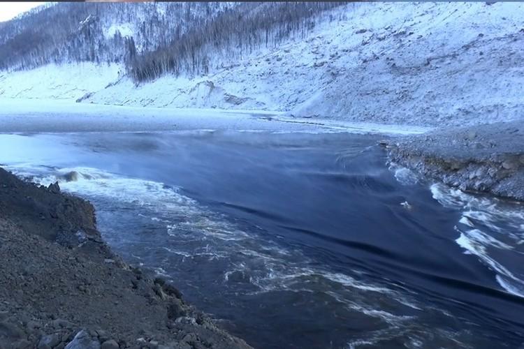 Вода идет через протоку со скоростью 18 метров в секунду, пропускная способность канала 1600 – 1700 кубометров в секунду