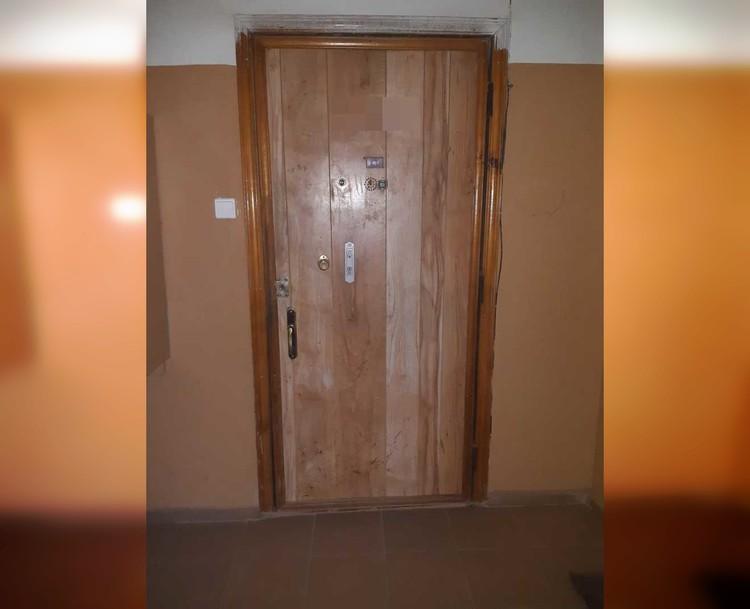 За последние несколько лет Рустем и сыновья не скопили денег поменять обшарпанную дверь