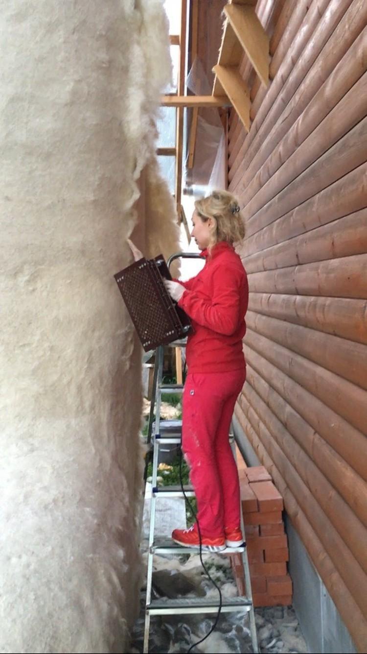Валерия забирается наверх по стремянке.
