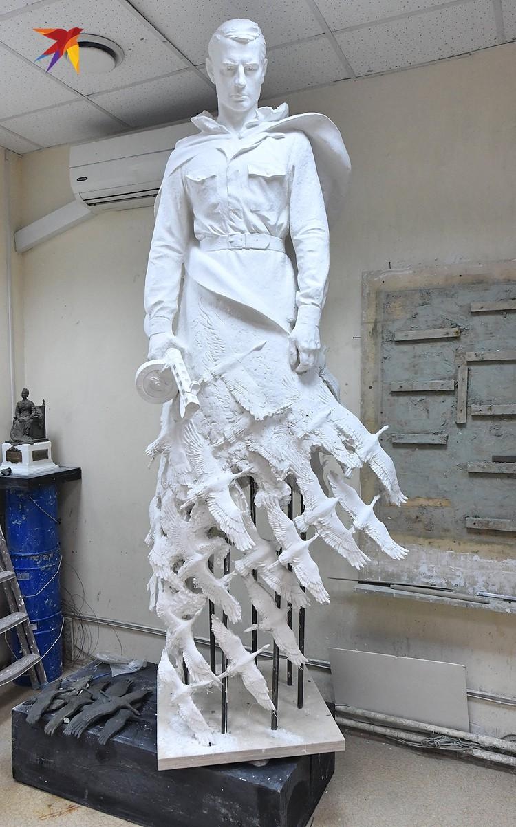 Работа над будущим памятником в мастерской.