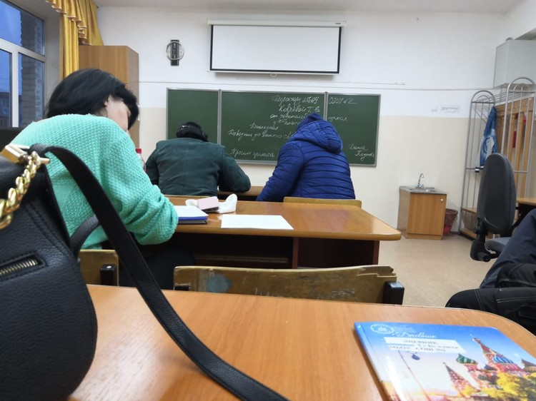 На собрании присутствовали семь человек - родители учеников пятого класса.