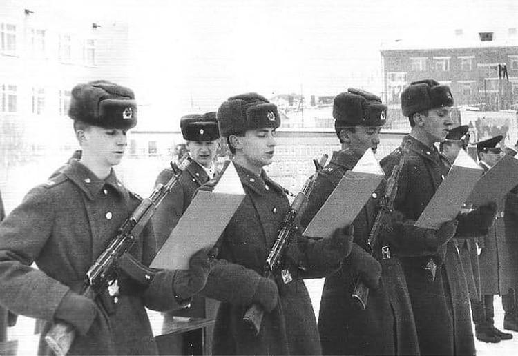 Молодые воины принимают присягу - у них пока все по уставу. Фото: Сергея Виниченко.