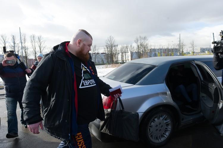 Дацик садится в машину, которую для него подготовили друзья.