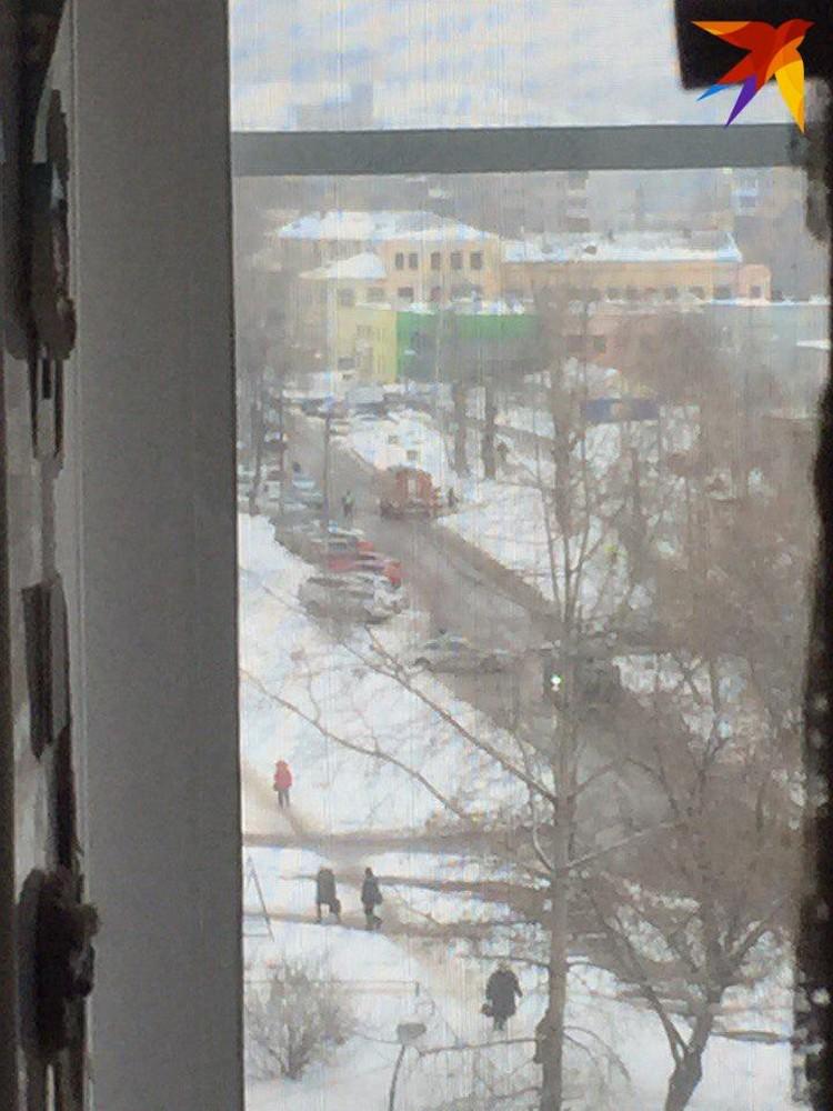 """Фото сделано в момент стрельбы у школы. Прислано читателями """"Комсомольской правды"""""""