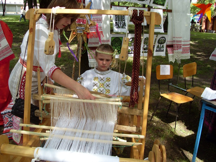 Если раньше кросны были в каждой хате, то теперь они стоят разве что в домах ремесел, где сегодня часто и передается традиция ткачества. Фото: Татьяна КУХАРОНАК