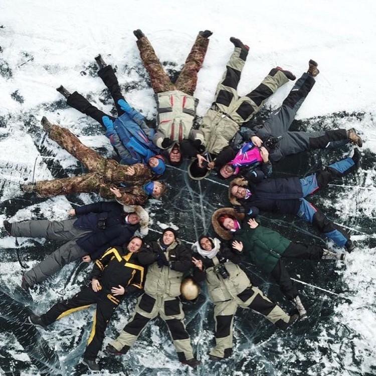 Эмоции через край, фото на память: «снежинка» участников команды Follow Up Siberia загорает на льду Енисея! Фото: Follow Up Siberia