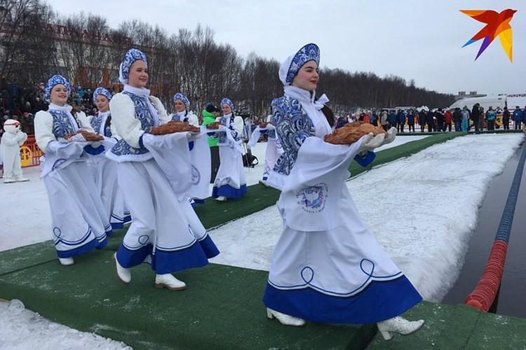 По русской традиции делегации приветствовали румяными караваями.