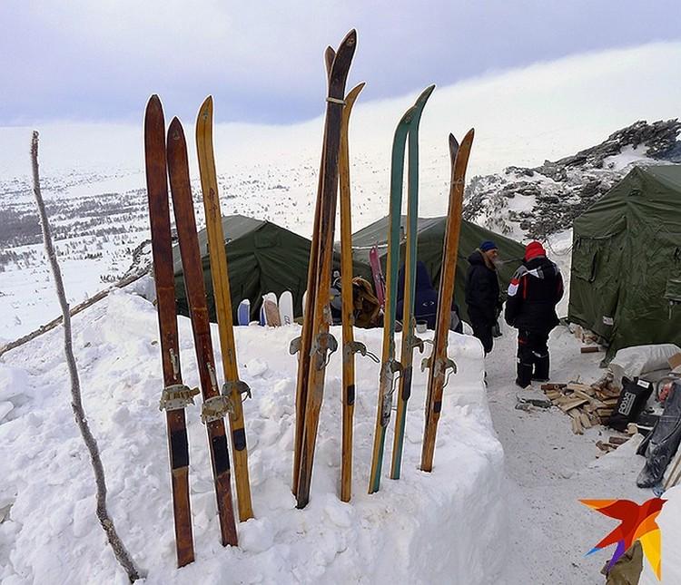 """""""Комсомолка"""" везет с собой копию палатки в натуральную величину, лыжи тех годов и даже манекены. (Фото из экспедииции """"КП"""" на перевал Дятлова 2014 г.)"""