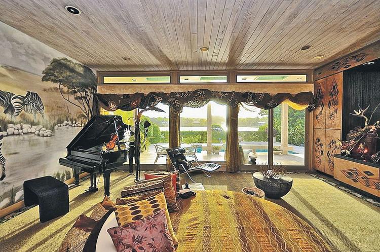 Свой старый особняк в Майами Леонтьев в последнее время сдавал. Сейчас дом выставлен на продажу за $2,5 млн.