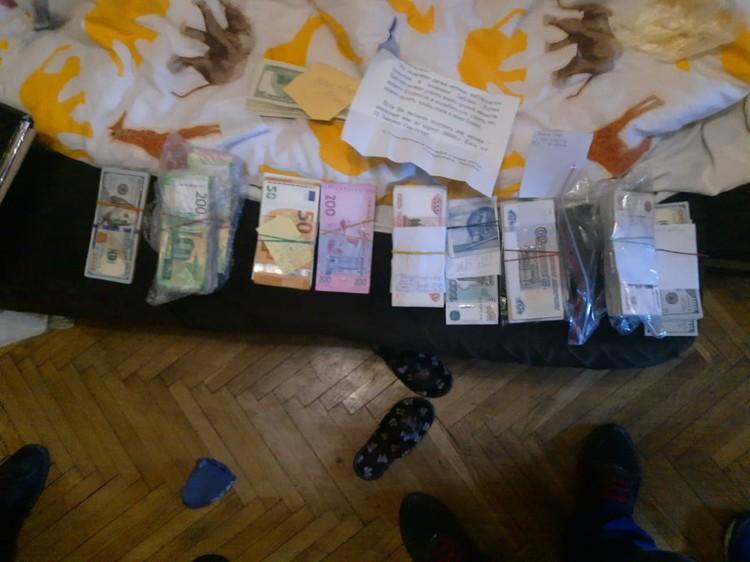 Деньги - в разной валюте. Фото: УФСБ РФ по РК и Севастополю