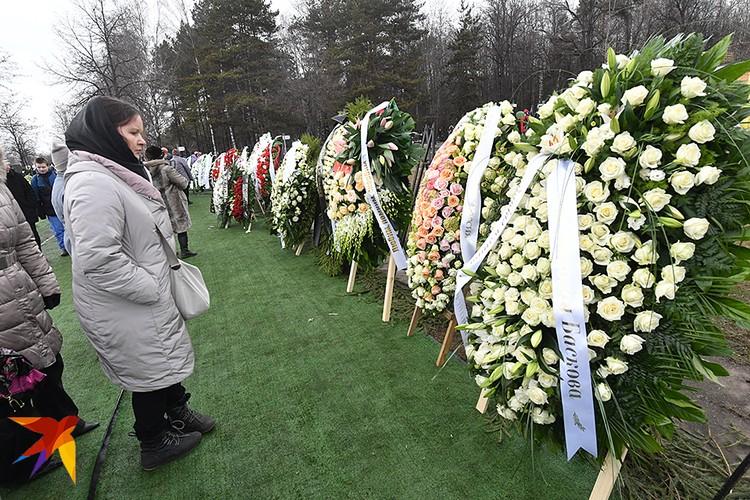 Люди несли белые цветы. Юля их очень любила