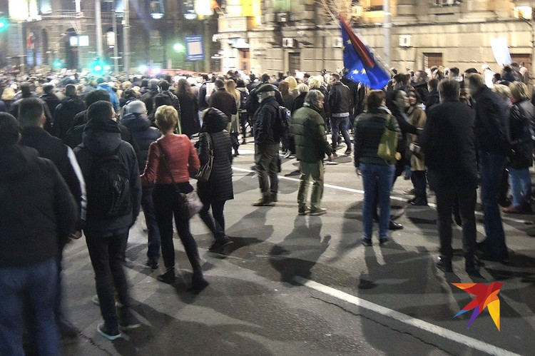 Процессия на улице Белграда с флагом ЕС.