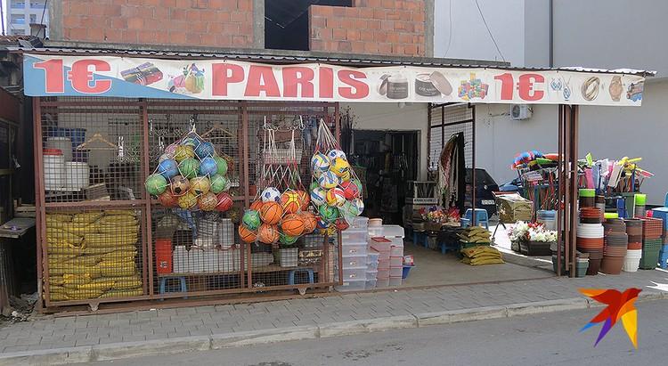 """Албанский магазинчик """"1 евро. Париж""""."""