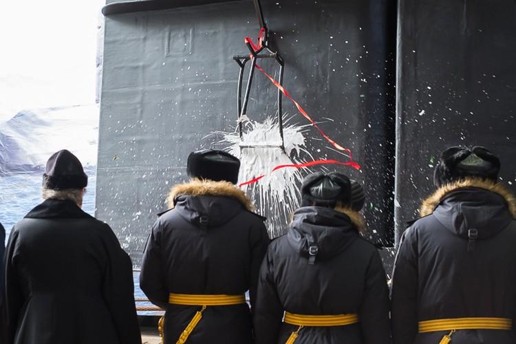 Моряки разбили шампанское на удачу