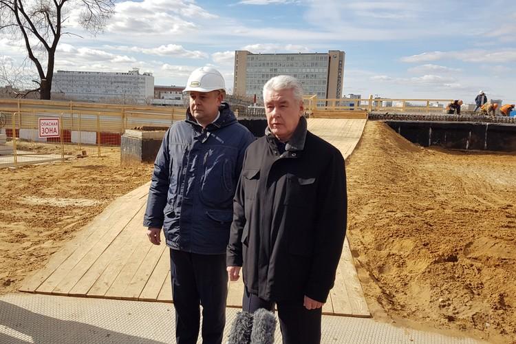 Мэр Москвы Сергей Собянин осмотрел ход строительства путепровода через железнодорожные пути МЦК.