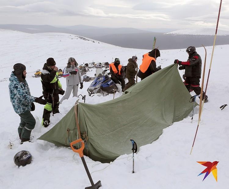 Установка палатки на месте трагедии, случившейся много лет назад.