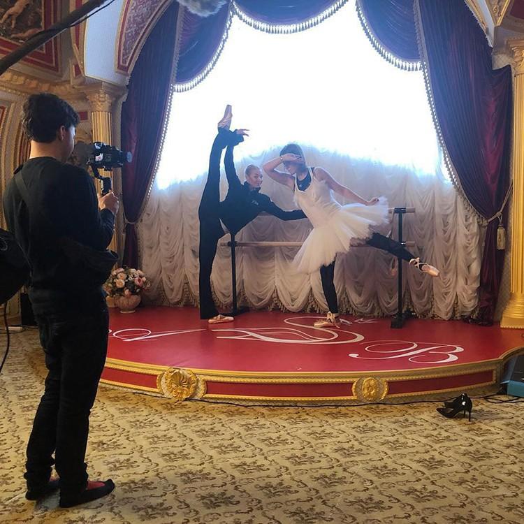 Балерина попыталась поставить Собчак на пуанты, надев на Ксюшу пачку