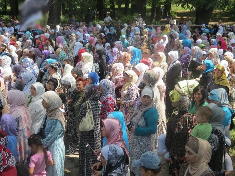 """Женщины и мужчины на митингах """"хизбов"""" стояли отдельно. Фото: Новоросс.Инфо"""