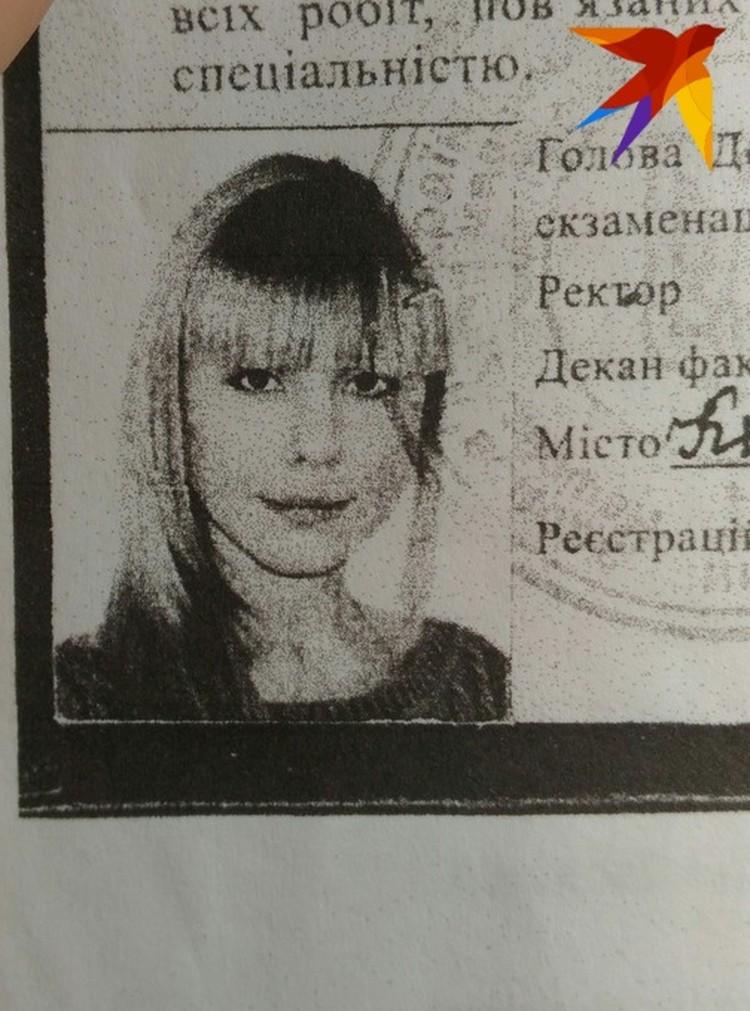 В дипломе наклеено фото врача, в 2005 году она, правда, была со светлыми волосами.