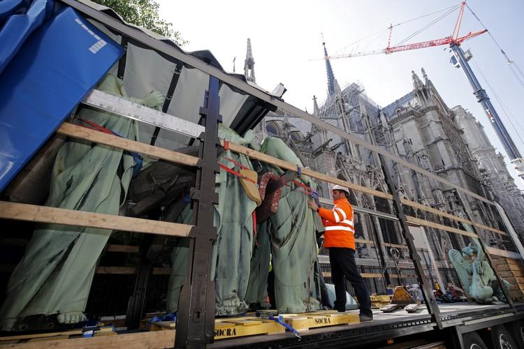 Снимок сделан 11 апреля 2019 года, за несколько дней до пожара. Французские специалисты вели реставрационные работы на крыше.