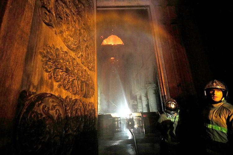 Пожарные пытаются спасти один из символов Франции.