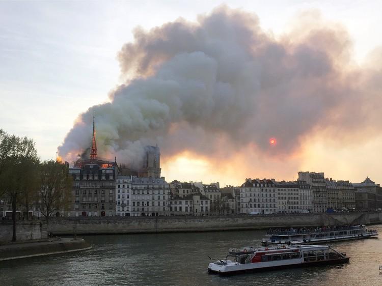 Огонь вспыхнул в 19.50 на строительных лесах Собора