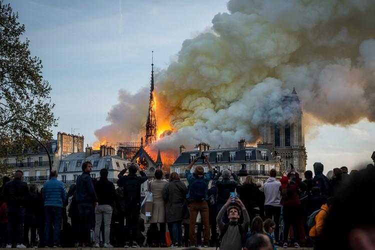 Собор горел буквально в прямом эфире - тысячи камер смартфонов были направлены туда, где клубился дым