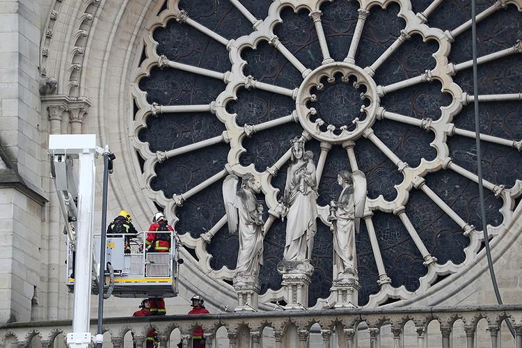 Среди самых знаменитых элементов собора - западная, северная и южная «розы», три круглых окна в виде цветка