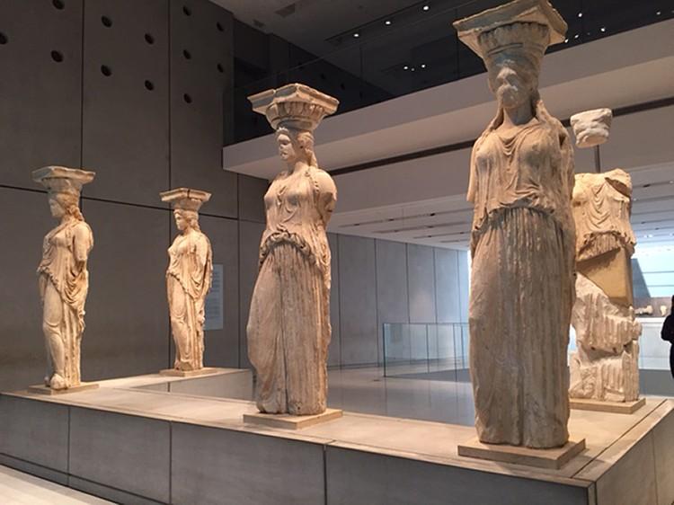Греки намеренно показывают отсутствие вывезенных англичанами сокровищ. Как в случае с этими античными колоннами в музее Акрополя