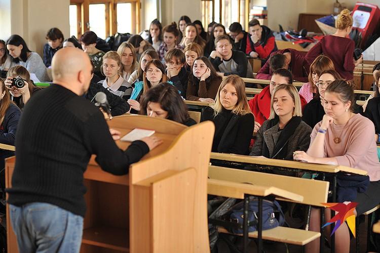 "Журналист ""КП"" Дмитрий Стешин во время встречи со студентами Донецкого национального университета."