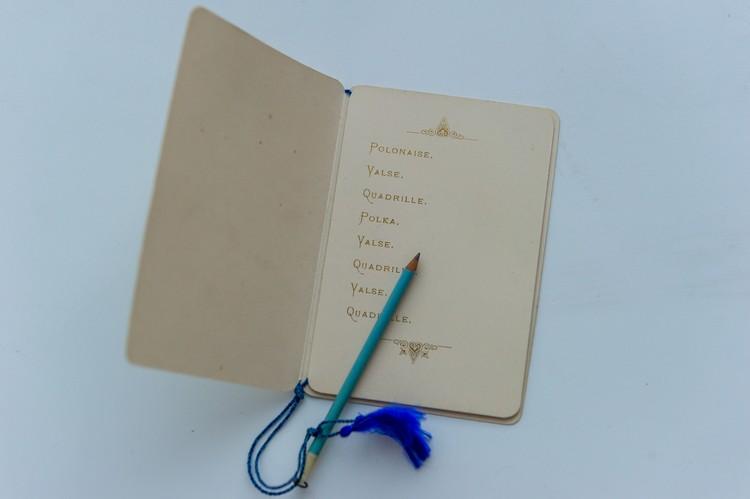 Девичья память коротка, а такая книжечка помогала не забыть, кому дама обещала полонез, а кому – вальс