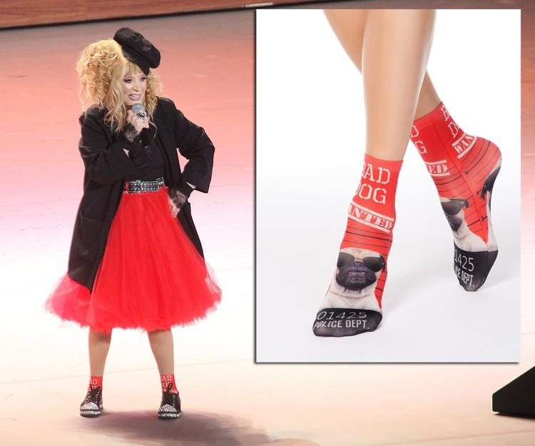 Примадонна в яркой красной юбке с забавными носками. Фото Дмитрий Петровский/Тайны звезд