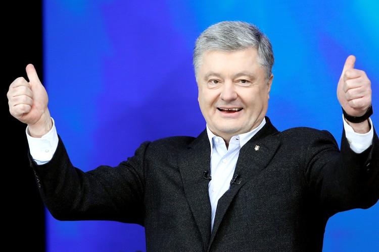 Петр Порошенко приветствует своих сторонников на стадионе.