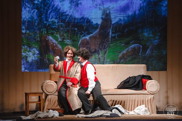 В новаторской постановке «Женихи» задействована вся прекрасная половина актерского состава театра.