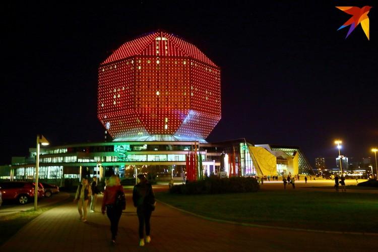 Национальная библиотека Беларуси ночью