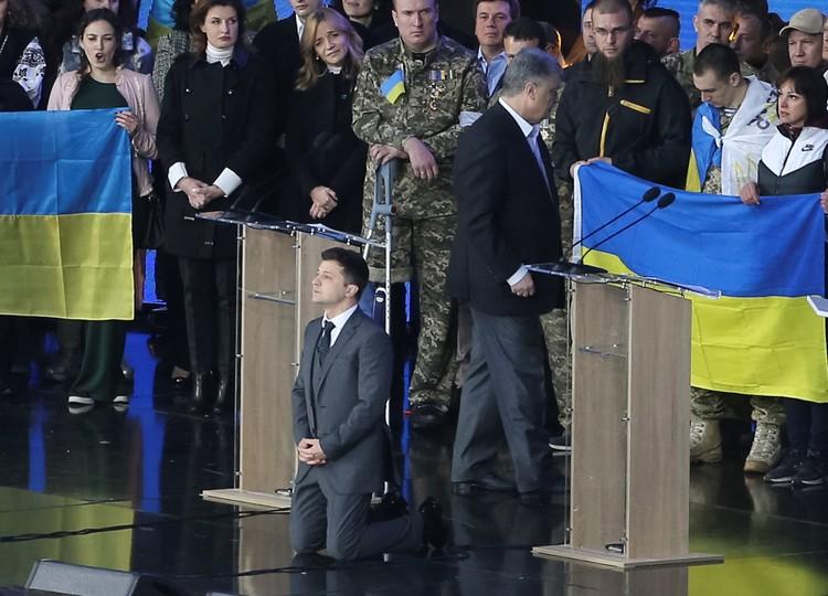 Владимир Зеленский встал на колени перед избирателями Украины во время дебатов 19 апреля.