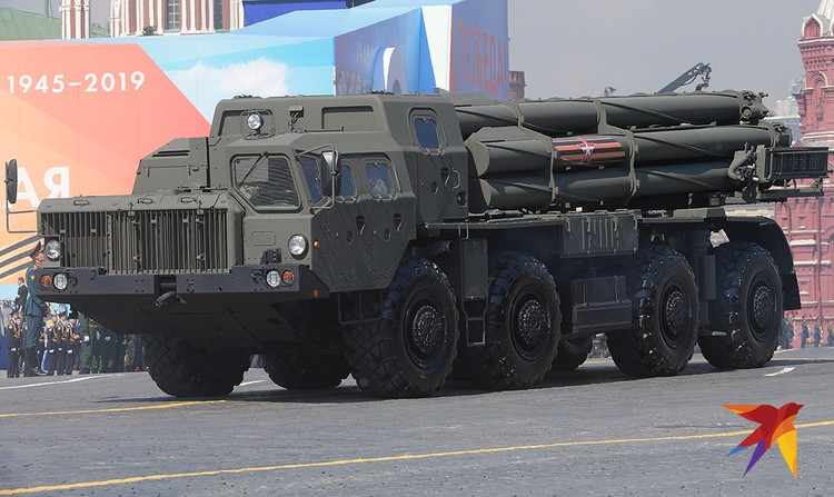 """Транспортно-пусковые установки зенитного ракетного комплекса С-400 """"Триумф""""."""