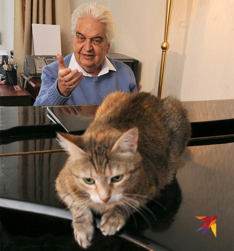Евгений Крылатов с кошкой Милей у себя дома, 2014 год.