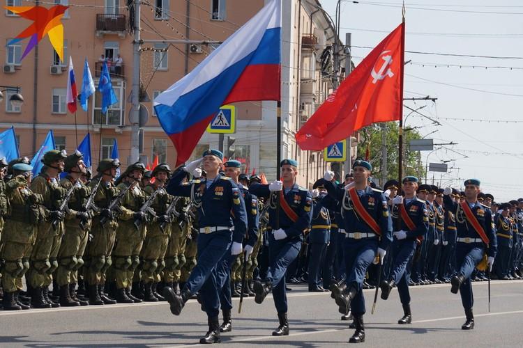 Вынос Знамени Победы и государственного флага Российской Федерации.